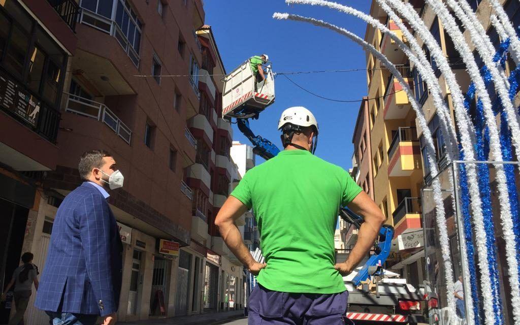 El Ayuntamiento potencia la iluminación navideña en la calle Heraclio Sánchez para su dinamización