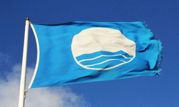 La bandera azul vuelve a ondear en la piscina natural del Arenisco después de seis años